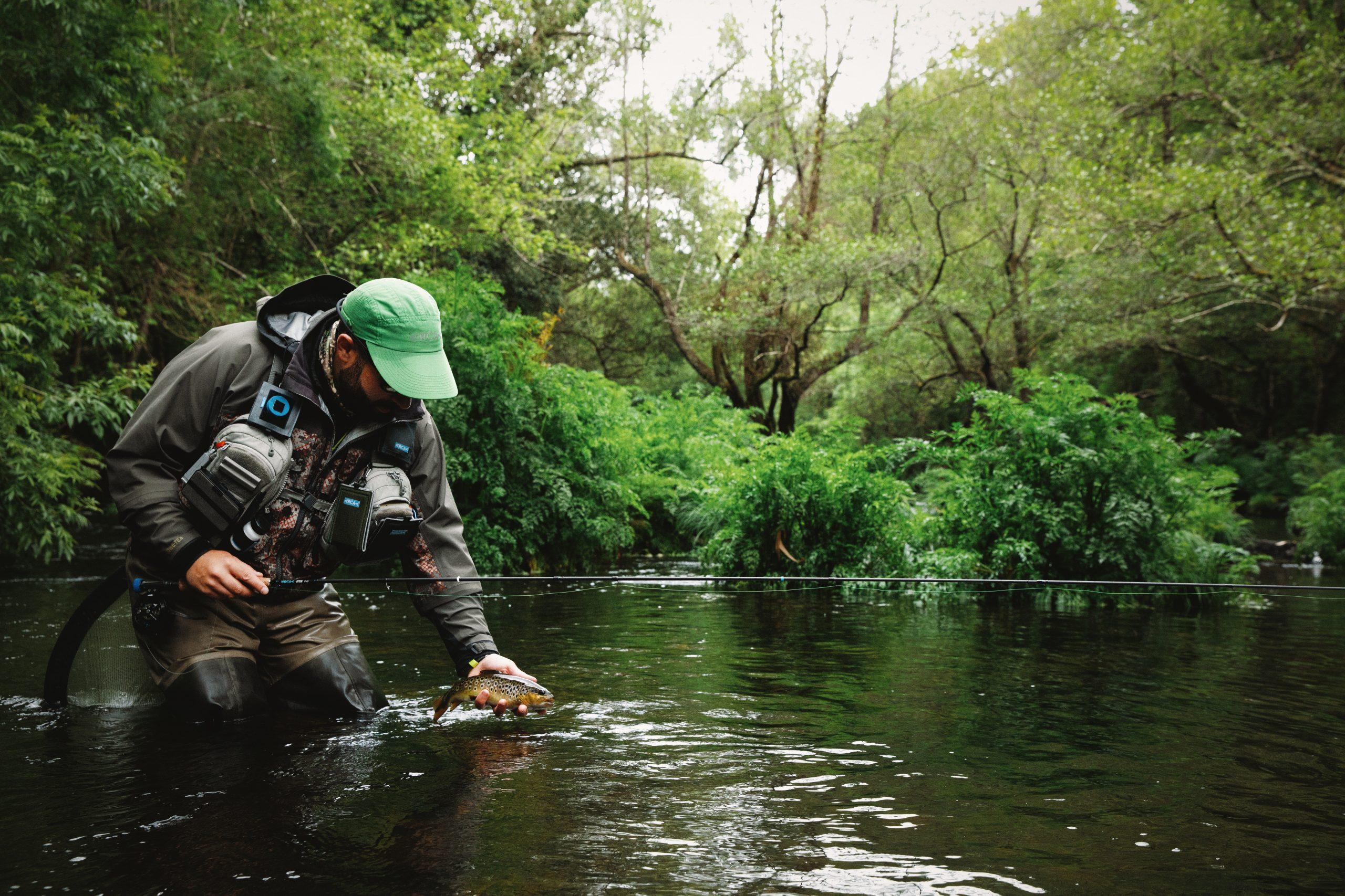 Un pescador libera una trucha en un río de España - una actividad al aire libre que reconecta a miles de españoles con el rico patrimonio natural español, a la vez que promueve valores para su conservación (Autor: David Arcay)
